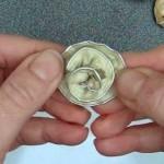 Anillo con forma de flor, con dos cápsulas de café recicladas