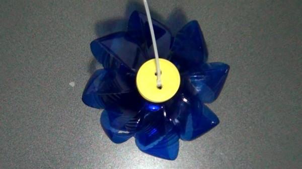 Lámpara realizada reciclando una garrafa y una botella de plástico - Two plastic bottles lamp - Reciclado Creativo - Rosa Montesa
