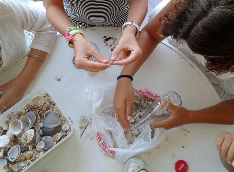 embotellando conchas de playa con los ninyos