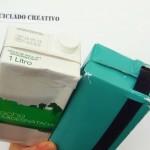 Bolsos con dos pañuelos y una caja de cartón de leche