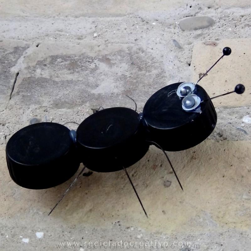 Hormiga y animales con tapones de botellas reciclados