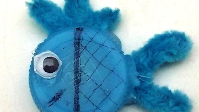 Pez azul hecho con un tapón de botella de plástico