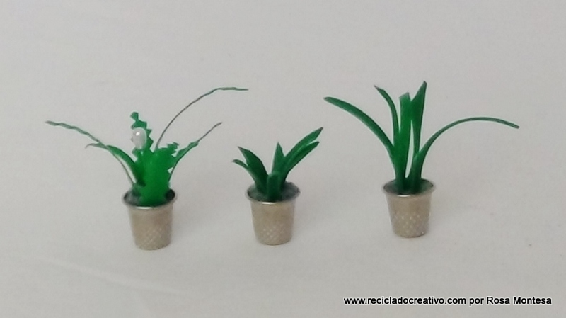 Miniaturas de plantas con dedales de costura y botellas de plástico recicladas