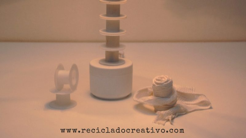 Lámpara con vendas y carretes de esparadrapo y botes de crema reciclados