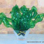Hojas verdes y algas con botellas de plástico