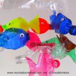 Móvil de peces con botellas de plástico