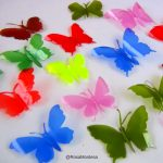 Mariposas de colores con botellas de plástico