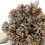 Tubos rollos de cartón convertidos en flores decorativas
