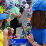 Manualidades con niños - peces con tapones de botellas de plástico