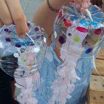 Medusas hechas con botellas y bolsas de plástico.