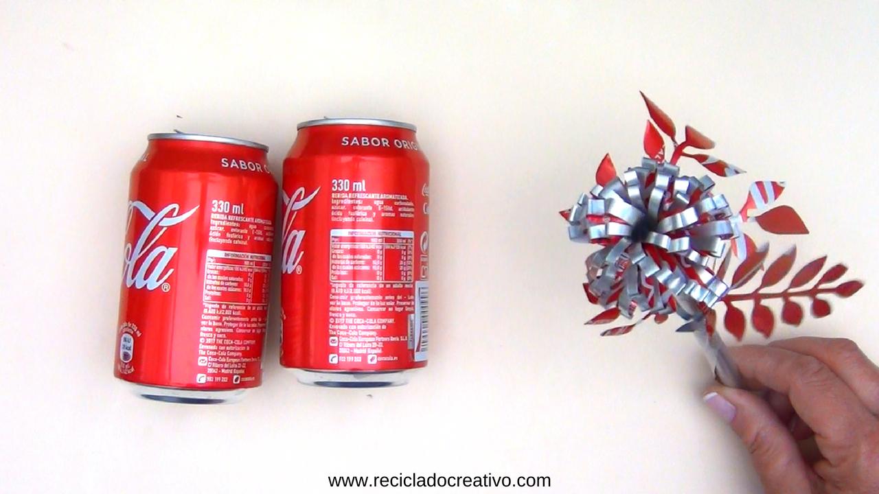 Flores con latas de refresco de cola