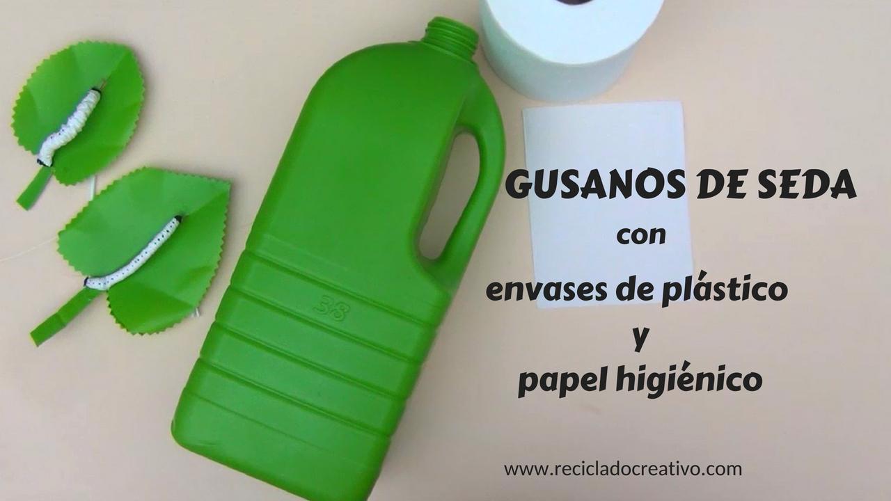 Gusano de seda sobre hoja con papel higiénico y una botella de plástico