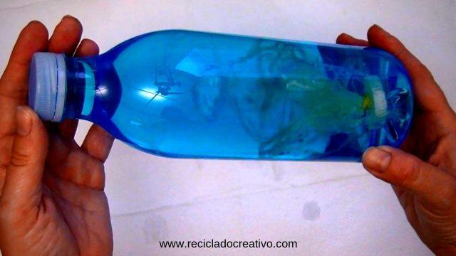 medusas con bolsas, tapones y botellas de plástico