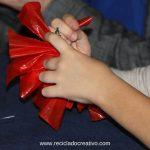 Taller de reciclado: flores de Navidad con bolsas de plástico de color rojo