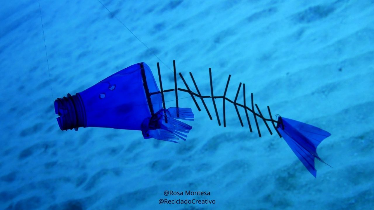 Raspas de pescado reciclando palitos de plástico