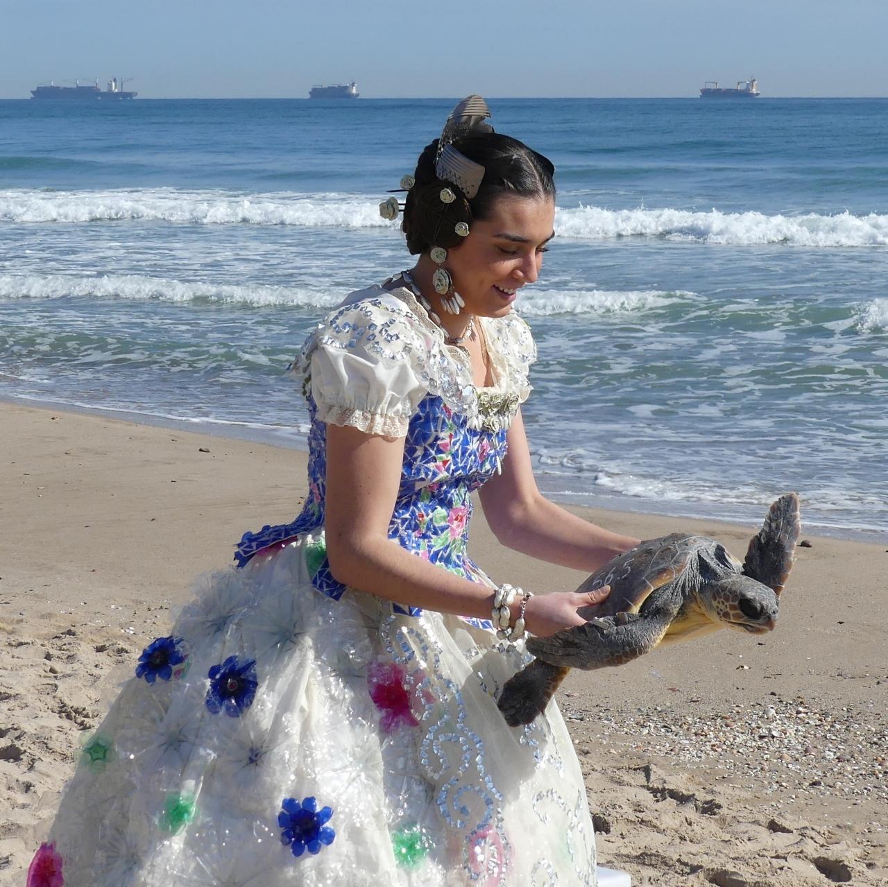 Vestido reciclado, suelta de tortugas y fallas