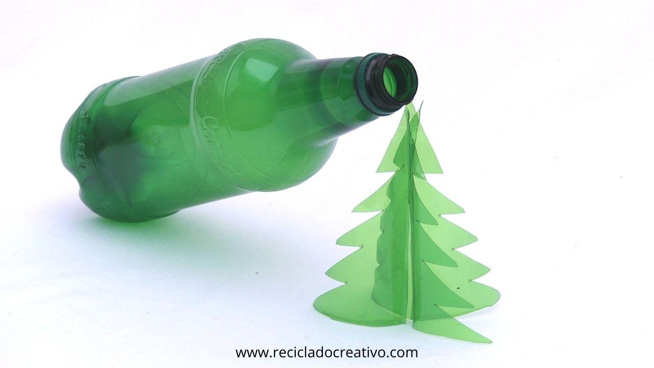 Árbol de Navidad con envases de plástico