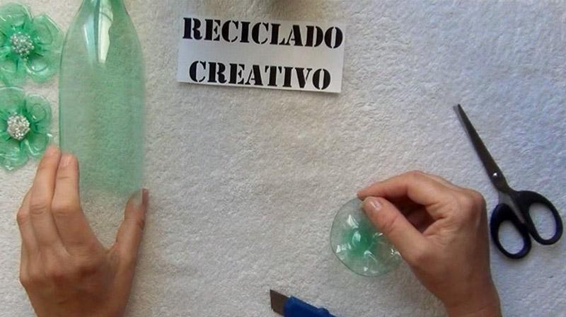 cómo hacer una flor con una botella de plástico verde y una plancha de ropa
