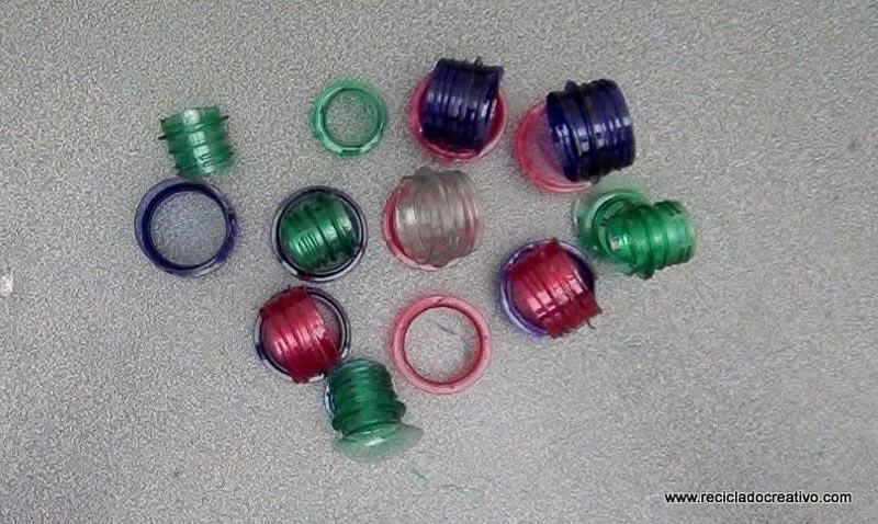 Colgantes y llaveros realizados con el cuello de una botella de plástico - Reciclado Creativo - Rosa Montesa