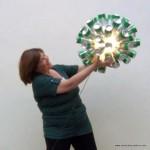 Lámpara realizada con 50 botellas de cerveza recicladas. #yotambienquierouna Reciclado Creativo. Rosa Montesa