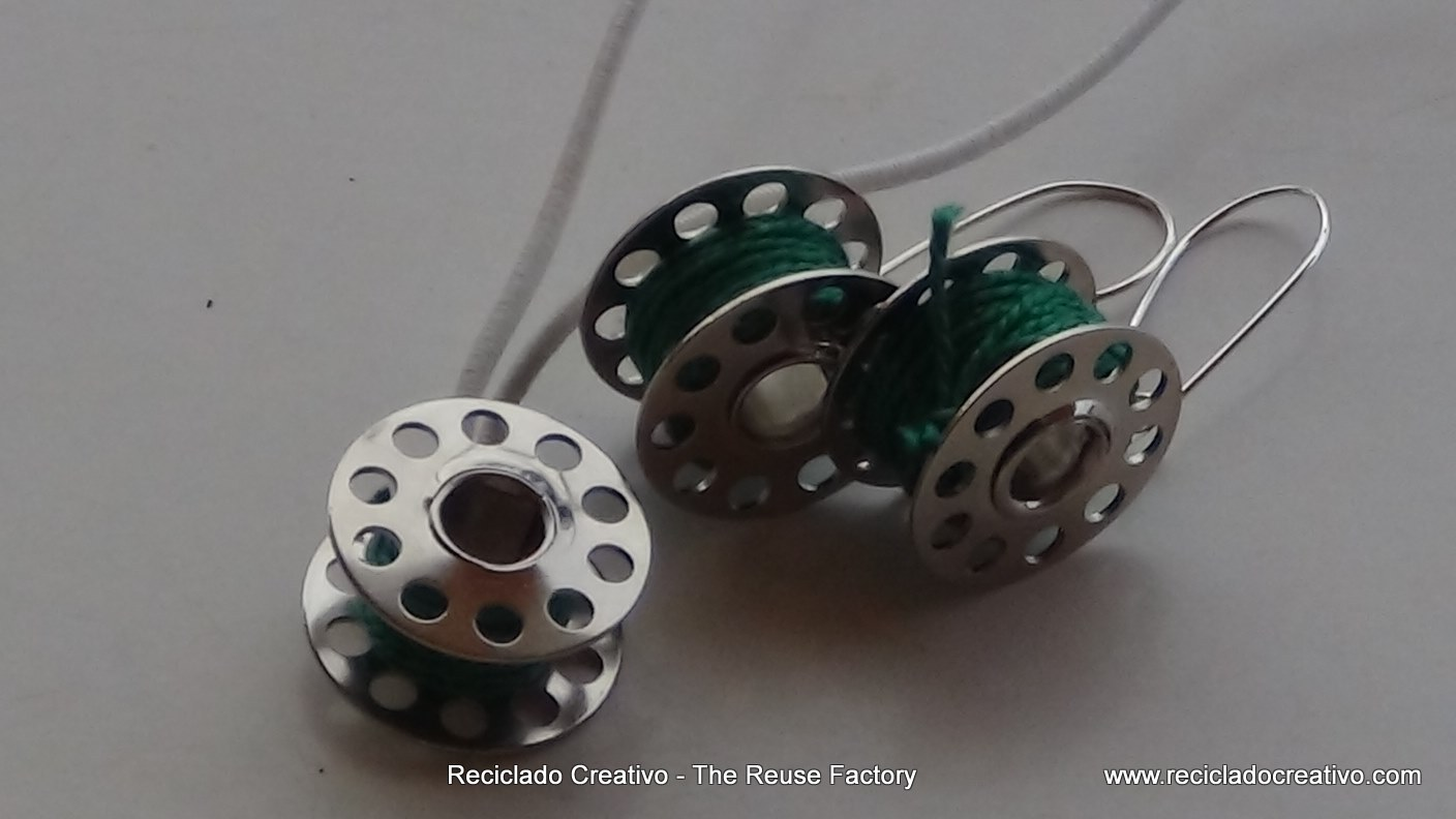 How-to-make-earings-and-necklace-with-sewing-machine-bobbins. The Reuse Factory. Reciclado Creativo