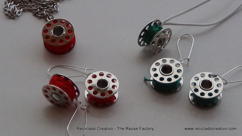How to make earings and necklace with sewing machine bobbins. Cómo hacer pendientes y collares con carretes de hilo de máquina de coser. The Creative Reuse Factory . Reciclado Creativo
