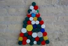 Árbol de Navidad con tapones de botellas de plástico recicladas