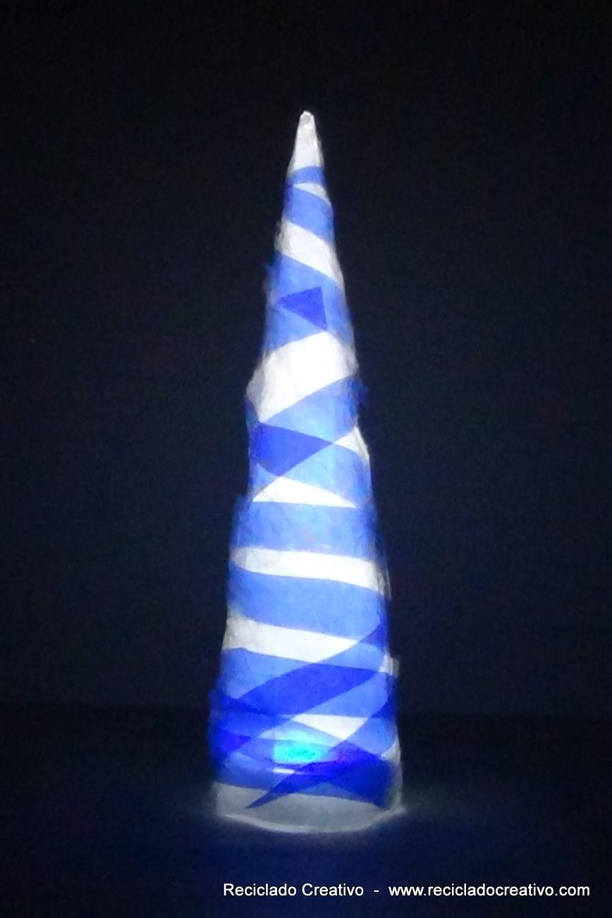 Árbol de Navidad reciclando una botella de plástico. Christmas Tree made recycling a plastic bottle