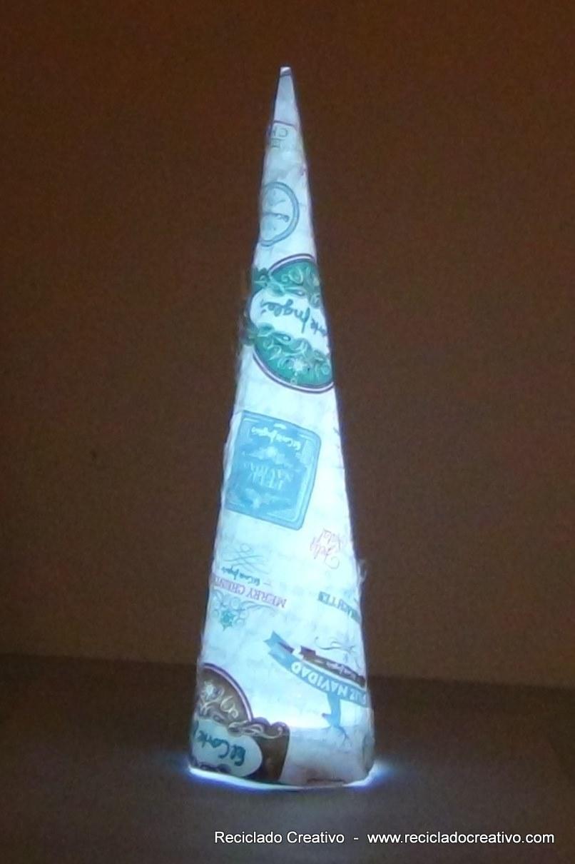 Árbol de Navidad reciclando papel de regalo