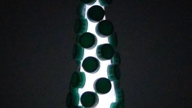 Árbol de Navidad con tapones de botellas de plástico