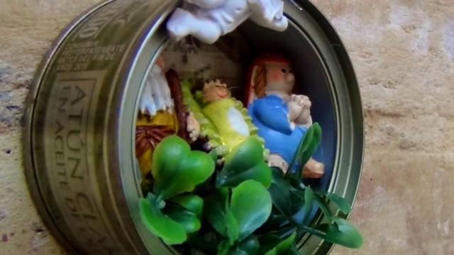 Belén de navidad colgante realizado con latas de atún recicladas ...