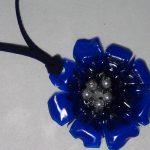 Colgante con forma de flor realizado con una botella de plástico reciclado. Rosa Montesa