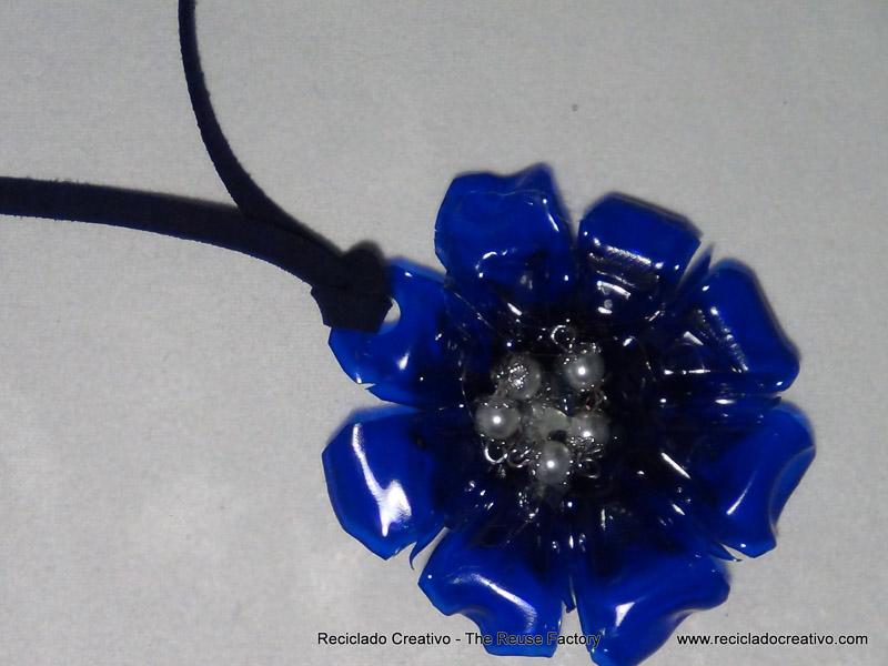 Colgante con forma de flor realizado con una botella de plástico reciclado. Rosa Montesa http://youtu.be/2o4dbsHZIaE