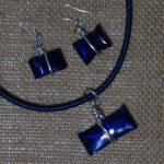 Bisutería ( pendientes y colgante( realizados con botellas de plástico recicladas y una plancha de alisar el cabello