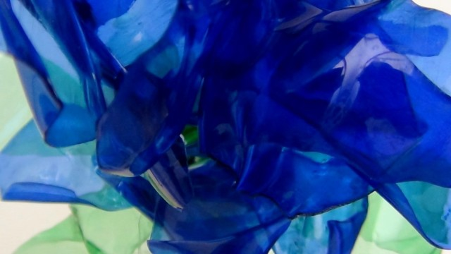 Cómo realizar flores azules parecidas a lirios reciclando botellas de plástico pet How to make blue flowers (like lilies) from recycled plastic bottles @blueblumen