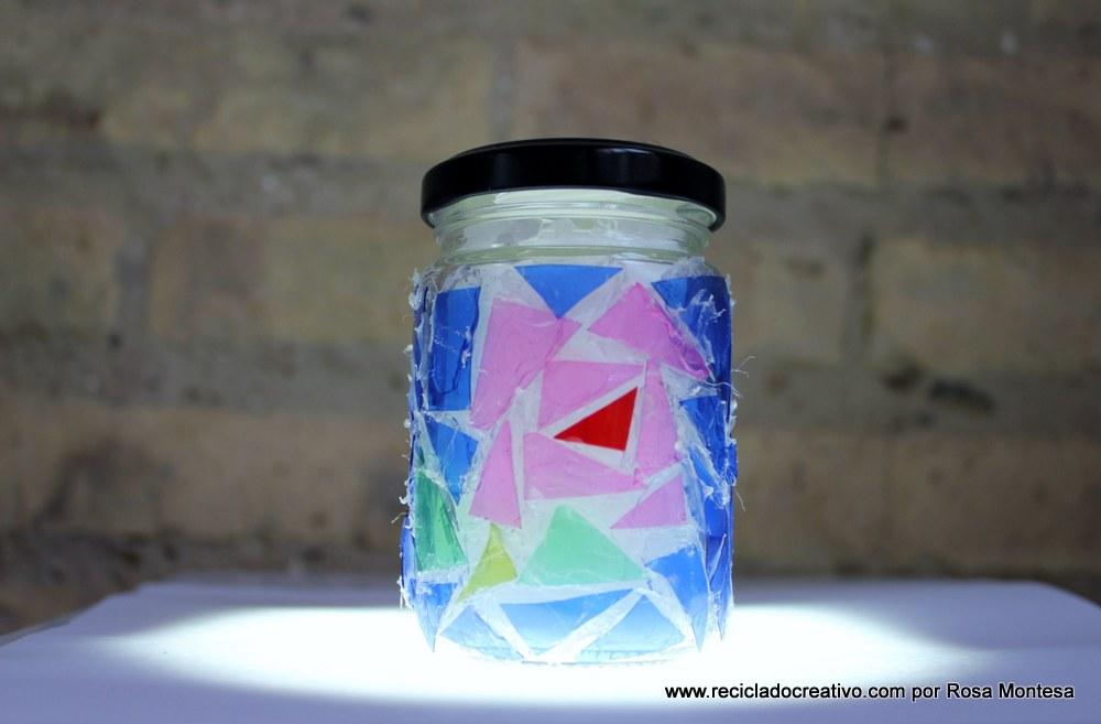 Trencadís reciclando botellas de plástico en un bote de cristal