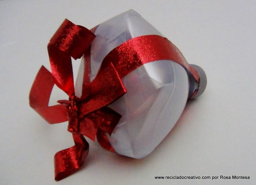 caja de regalo con forma de copa con una botella de plástico reciclada