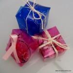 cajas de regalo realizadas reciclando botellas de plastico. reciclado creativo. rosa montesa