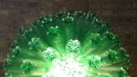 Lámpara realizada con 125 botellas de plástico