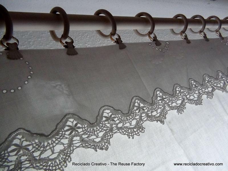 El mantel de la abuela, convertido en cortina