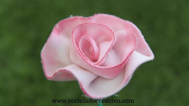 Flores rosas de fieltro realizadas con retales
