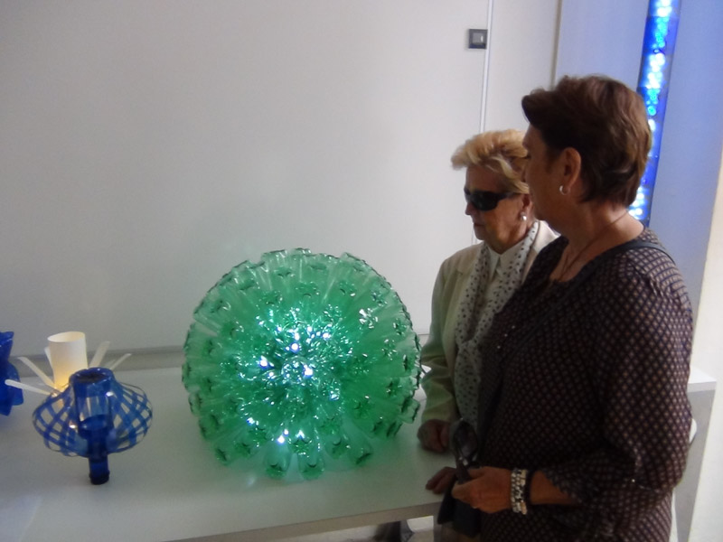 Exposición de objetos realizados con materiales reciclados a