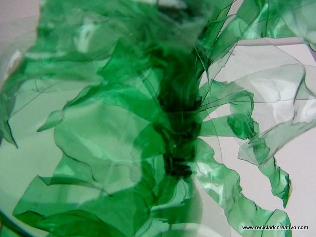 Hojas verdes de plantas para flores con botellas de plástico pet recicladas