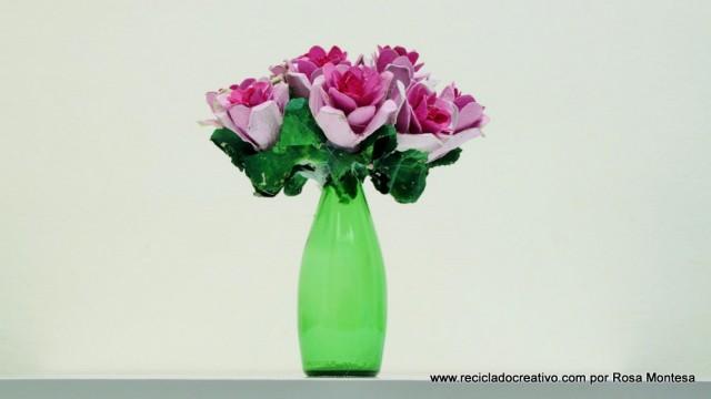 Ramo de flores rosas con hueveras de cartón