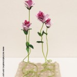 Cómo realizar flores rosas con hueveras de cartón recicladas How to make flowers out fo recycled egg cartons http://youtu.be/8450l1XT6Ww