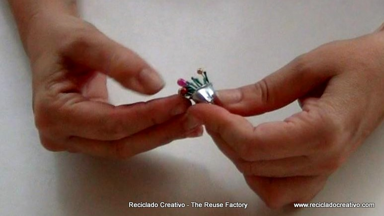 Cómo hacer un colgante con un dedal y alfileres de colores. RecicladoCreativo. Rosa Montes