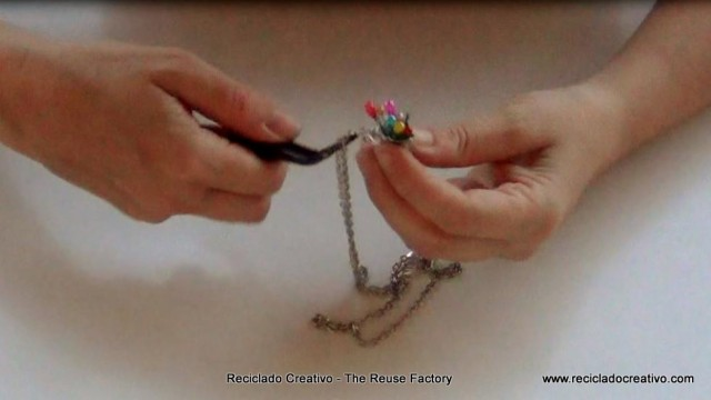 Cómo hacer un colgante con un dedal y unos alfileres. reciclado creativo. rosa montesa