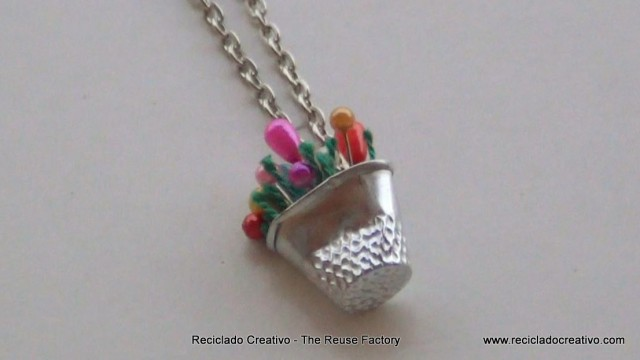 How to make a necklace with a thimble and colored pins . cómo hacer un collar con un dedal y alfileres de colores