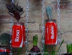 Jardín vertical realizado con botes de cocacola. #compartecocacolacon Rosa Montesa . Reciclado Creativo Ruben y Rosa