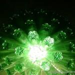 Lámpara realizada con 125 botellas de plástico recicladas de color verde - Lamp made out of 125 recycled plastic bottles
